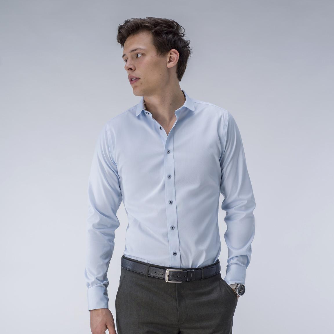 Hellblaues Oxfordhemd mit Kontrasten