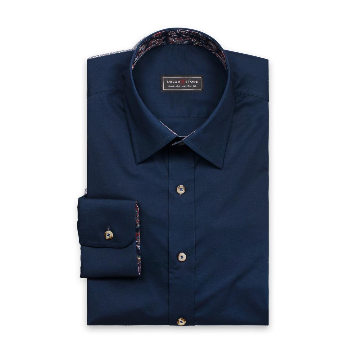 Navy skjorta med subtila kontraster