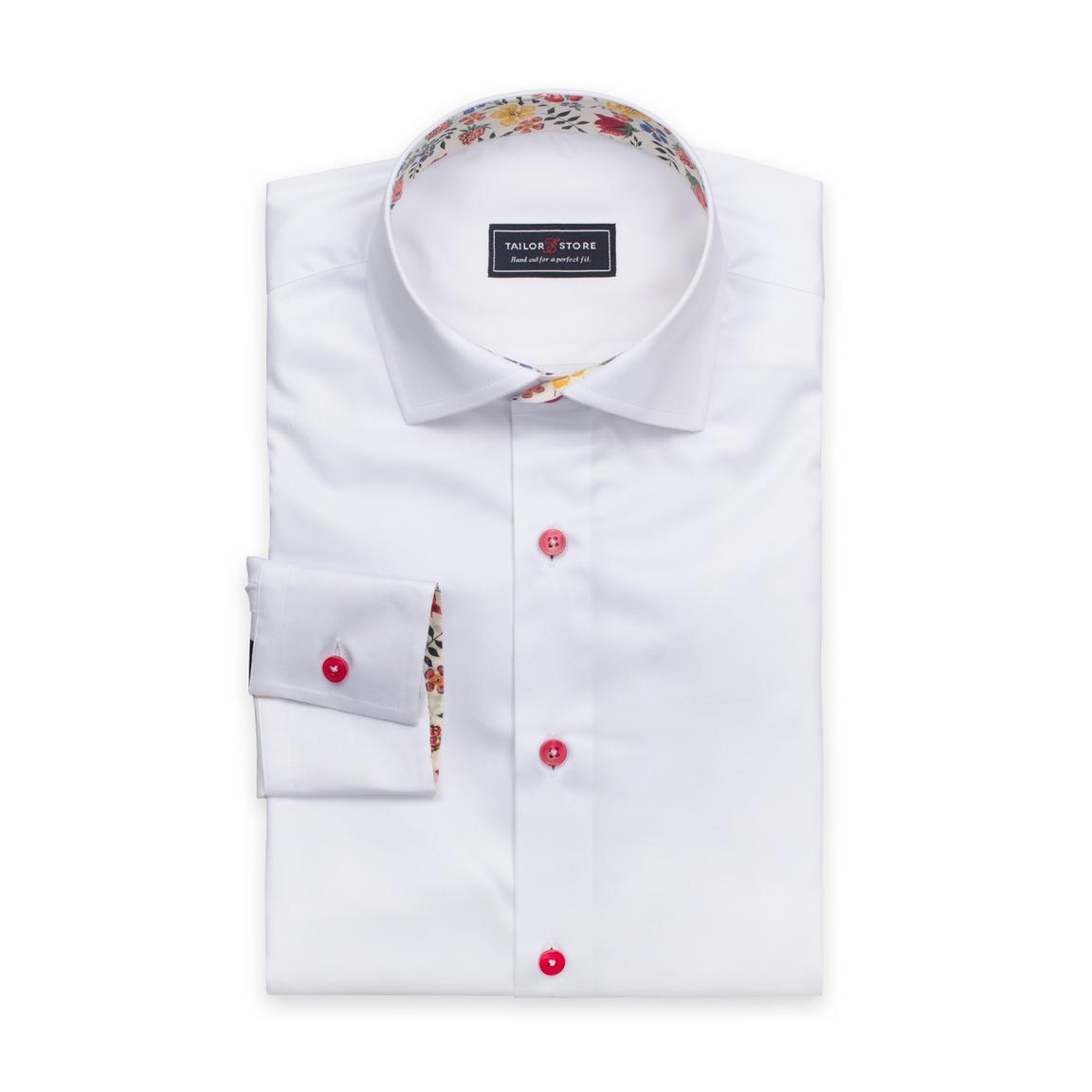 Hvit dresskjorte med røde knapper og kontraster