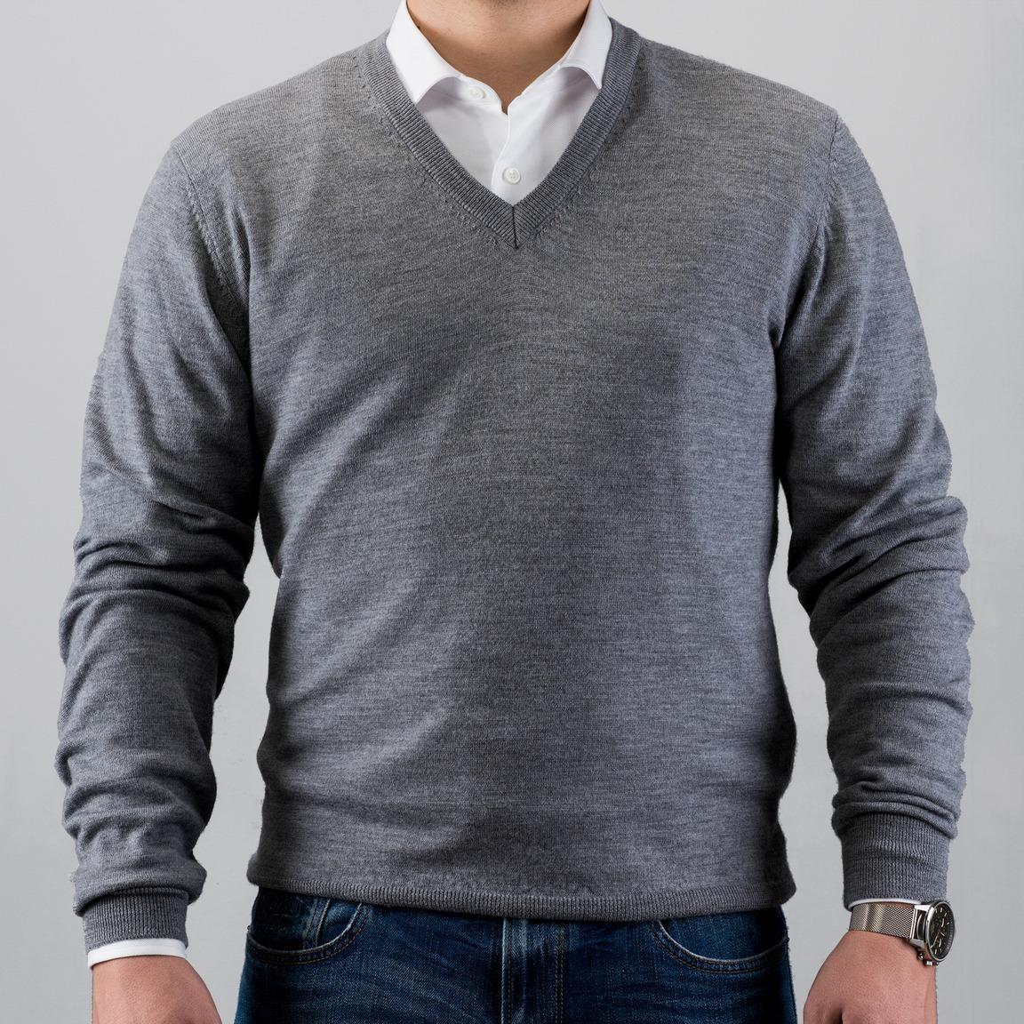 Szary sweter w serek z wełny merino
