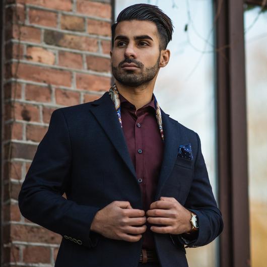 Vinröd skjorta med svarta knappar