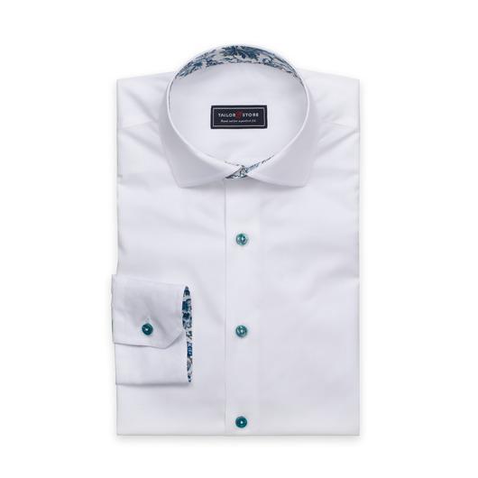 Chemise blanche avec des boutons verts et contrastes